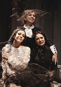 2016-05-02 20:00:00 Üç Kız Kardeş